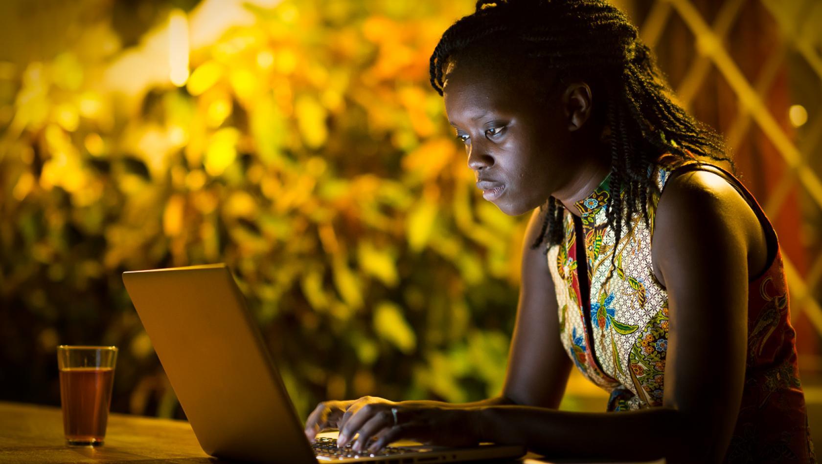 PRO-SENEGAL-ENERGIE-SENERGY-2017-TARDIF(916) Femme sénégalaise travaillant sur son ordinateur